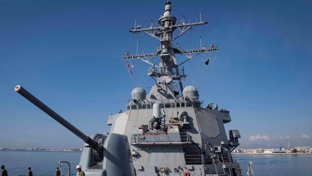 El destructor de la Marina estadounidense USS Donald Cook zarpa del puerto de Larnaca (Chipre)
