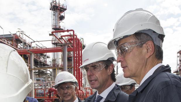 El ministro Soria, en el centro, junto al consejero delegado de Cepsa, Pedro Miró, a la derecha, en la refinería de Huelva