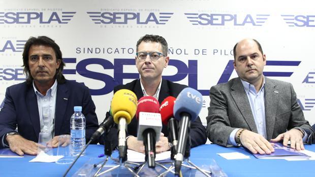 Óscar Sanguino, presidente de Sepla, y José Manuel Redondo, jefe de la sección sindical de Vueling