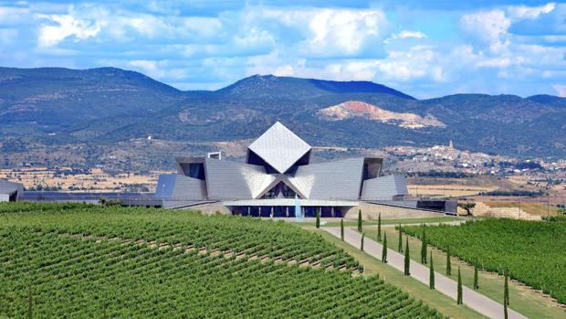 Un emblema arquitectónicoLa vanguardista bodega diseñada por Jesús Marino Pascual, considerada «una de las maravillas arquitéctonicas del mundo del vino, es el epicentro de la Finca Torresalas