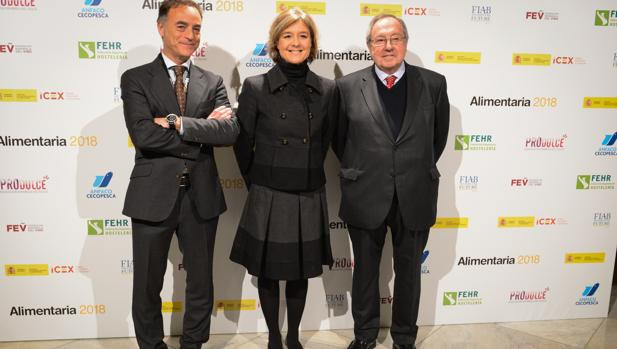 La ministra Isabel García Tejerina, entre José Luis Bonet y Toni Valls, presidente y director de Alimentaria