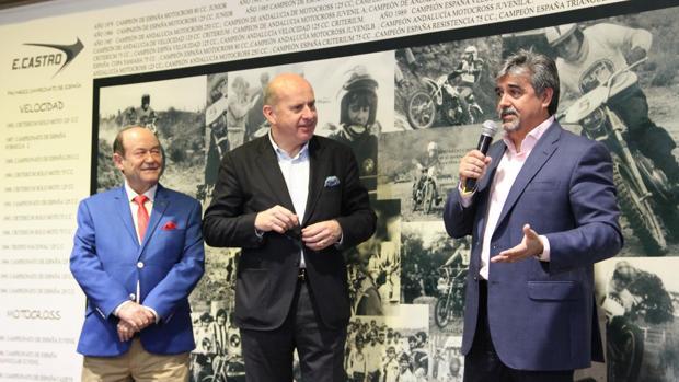 Eduardo Castro (izda.), con el presidente de Yamaha Europa, Eric De Seynes y el director general de la marca en España, Víctor Gonzalez