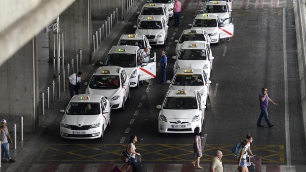 Una cola de taxis a la salida del aeropuerto Adolfo Suárez Madrid-Barajas