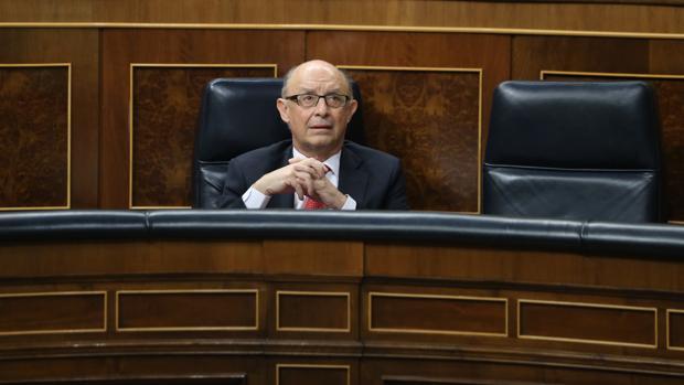 El ministro de Hacienda, Cristóbal Montoro, en sesión de control del Congreso de los Diputados