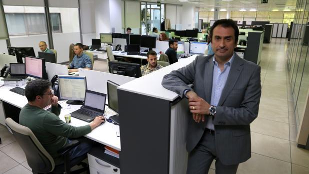 Jesús Manuel Ríos en la oficina de Schneider Electric en la Cartuja de Sevilla
