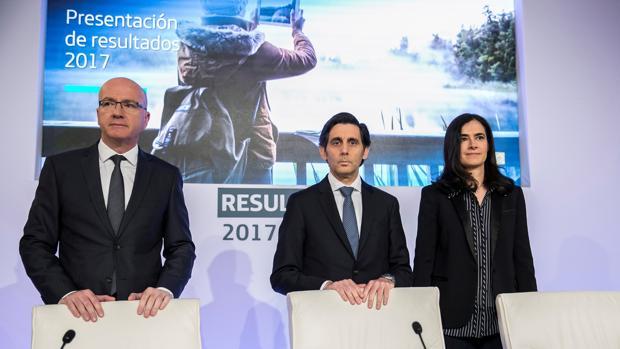 El presidente de Telefónica, José María Álvarez Pallete (centro)