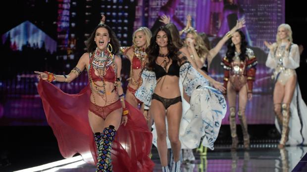 La modelo Alessandra Ambrosia junto a otras compañeras en un desfile de Victoria's Secret
