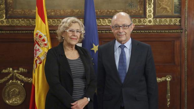 La alcaldesa de Madrid, Manuela Carmena, y el ministro de Hacienda, Cristóbal Montoro