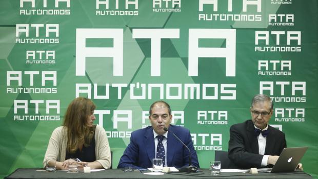 La vicepresidenta de ATA, Celia Ferrero, el presidente de la asociación, Lorenzo Amor, y el economista José Antonio Herce, en la presentación del informe