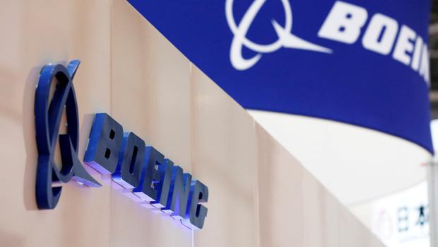El logo de Boeing en el estand de Boeing en una exposición en Japón en 2016