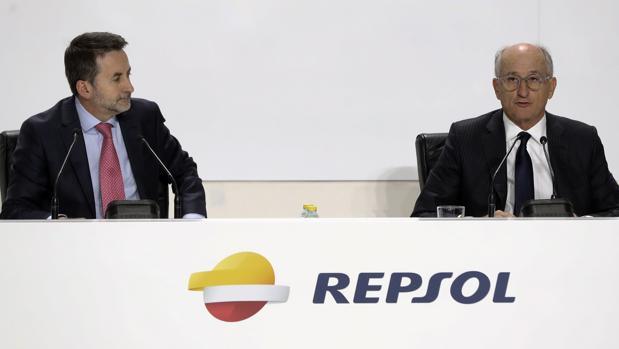 El consejero delegado de Repsol, Josu Jon Imaz (izda) y el presidente de la compañía, Antonio Brufau (dcha)