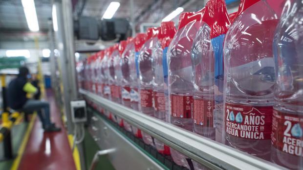Botellas de la marca Lanjarón en la planta de embotellamiento de la empresa