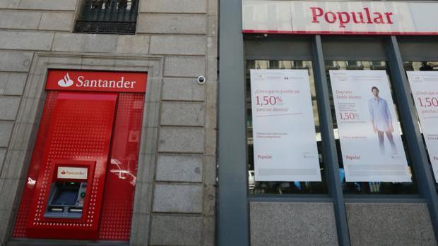 Una oficina del Popular junto a un cajero de Banco Santander