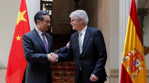 El ministro chino de Asuntos Exteriores, Wang Yi, junto a Alfonso Dastis