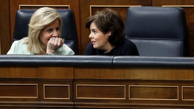 Fátima Báñez y Soraya Sáenz de Santamaría, hoy, en el Congreso