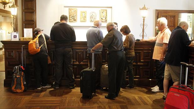 Las estancias de españoles en los hoteles han descendido un 13,7%, en tanto que las de los extranjeros han caído un 4,5%