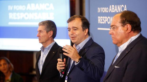 Francisco Botas (centro de la imagen ), consejero delegado de Abanca