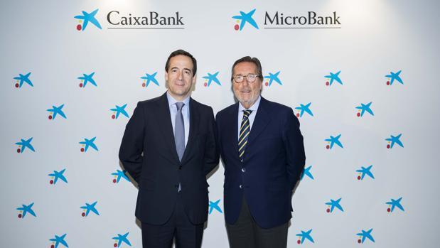 El consejero delegado de Caixabank, Gonzalo Gortázar, y el presidente de Microbank, Antoni Vila