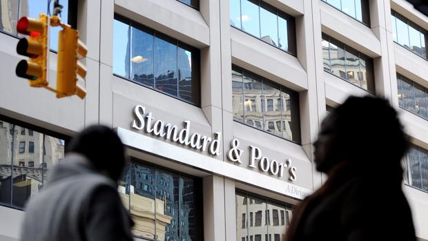 Fachada de la agencia de medición de riesgo Standard & Poor's en Nueva York (EEUU)