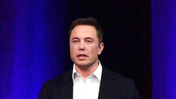Elon Musk durante el anuncio de permanencia de Tesla en bolsa