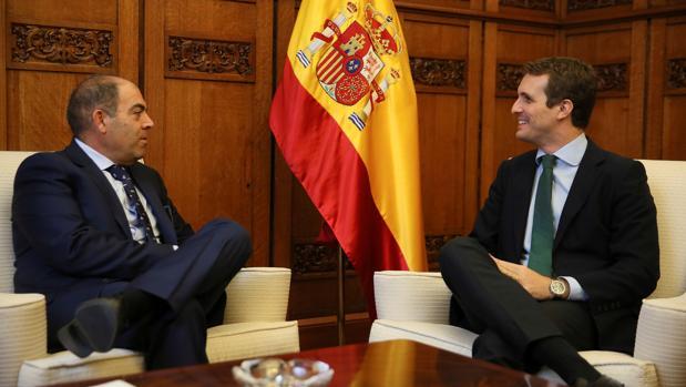 Pablo Casado (d), durante la reunión que ha mantenido con el presidente de ATA, Lorenzo Amor