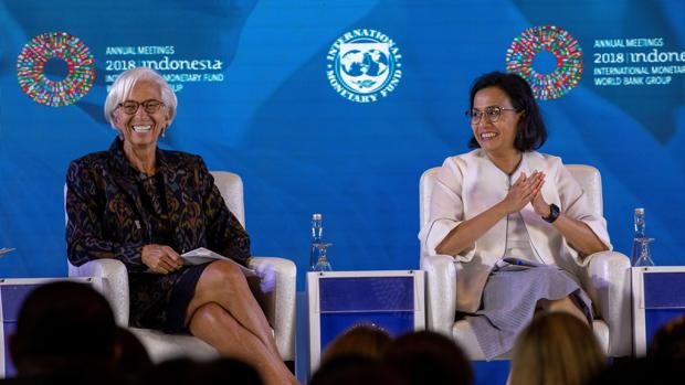 La ministra de Finanzas indonesia, Sri Mulyani Indrawati (dcha), y la directora gerente del Fondo Monetario Internacional (FMI), Christine Lagarde