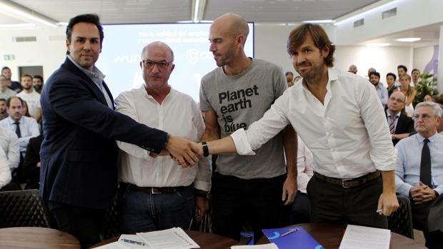 El presidente de Unauto VTC, Eduardo Martín (i); el secretario general de FeSMC-UGT, Miguel Ángel Cilleros (2i); el consejero delegado de Cabify, Juan de Antonio (2d); y el presidente de Vector Ronda Teleport, Rosauro Varo (d)