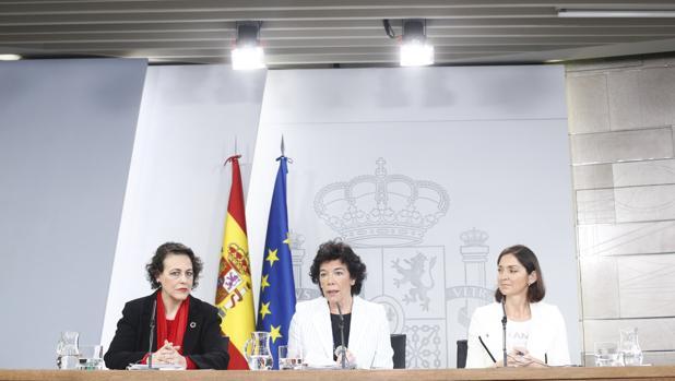 (De izda a dcha) las ministras de Trabajo, Magdalena Valerio, la titular de Educación Isabel Celaá y la de Industria, Reyes Maroto
