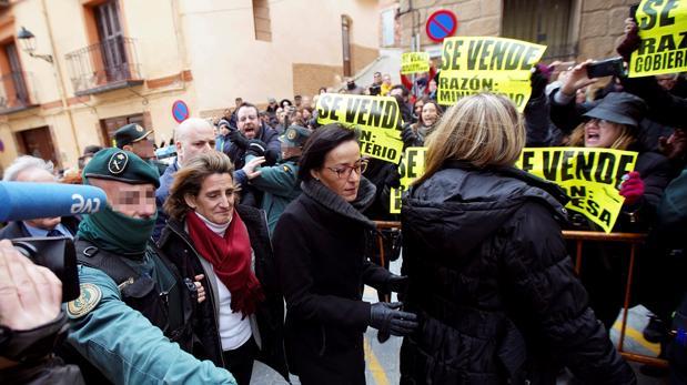 La ministra, con una bufanda roja, llega al ayuntamiento de Andorra, en Teruel