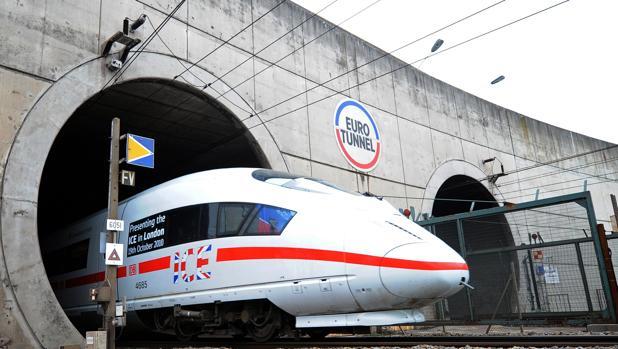 Tren aleman fabricado por Siemens saliendo del Eurotúnel