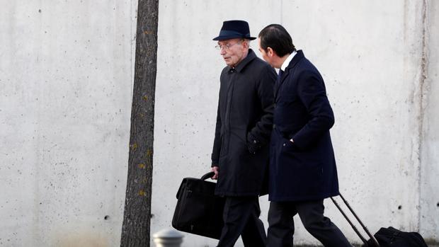 El exconsejero José Manuel Fernández Norniella, con sombrero, a su llegada a la Audiencia Nacional junto a su abogado