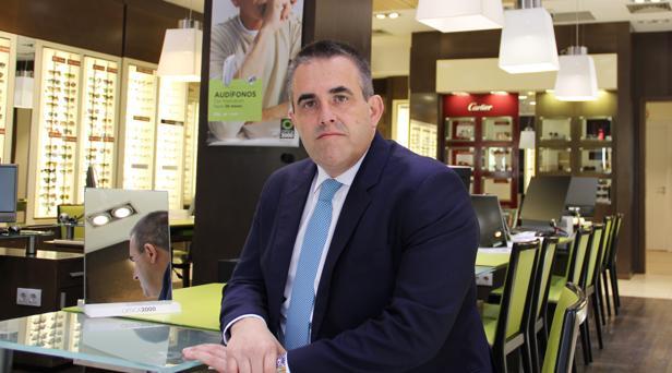 El CEO de El Corte Inglés, Víctor del Pozo, en un establecimiento de Óptica 2000
