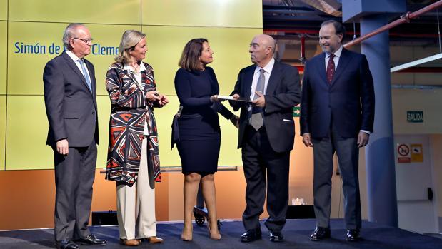 La consejera de Agricultura, Carmen Crespo, entrega el Premio a Francisco Morales en presencia de Álvaro Ybarra, Catalina Luca de Tena y José Luis García-Palacios Álvarez
