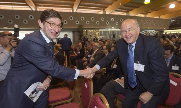El presidente de Bankia, José Ignacio Goirigolzarri (izda) junto al consejero de la entidad y expresidente de BMN, Carlos Egea (dcha)