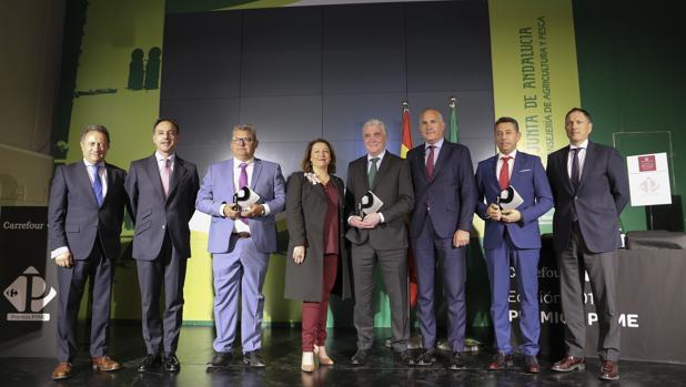 La consejera de Agricultura, Carmen Crespo, con los premiados y los responsables de Carrefour