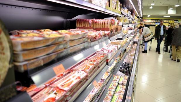 Supermercado con productos de marca blanca en sus estanterías