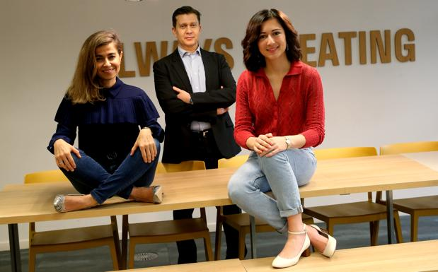 Susana Voces (izq.), vicepresidenta global de Restaurantes; Gustavo García (centro), director general de Deliveroo España; e Inés Ures (dcha.), directora global de Marketing, antes de la entrevista con ABC