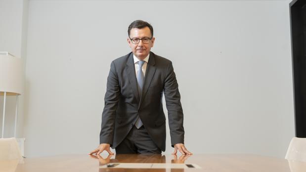 Román Escolano, exministro de Economía, posa para ABC en la sede en Madrid de Llorente & Cuenca