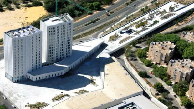 A la venta el complejo Aljarafe Center, que incluye un hotel, oficinas, locales y un parking junto a Metromar
