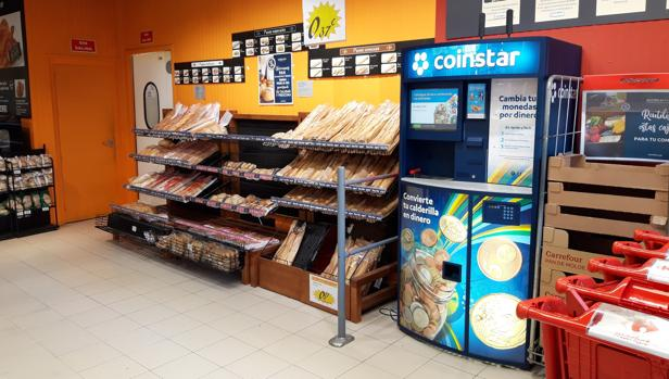 La máquina que convierte la calderilla en «dinero de verdad» o en vales para el supermercado
