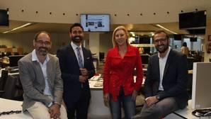 Los participantes del debate en el centro de la redacción de ABC