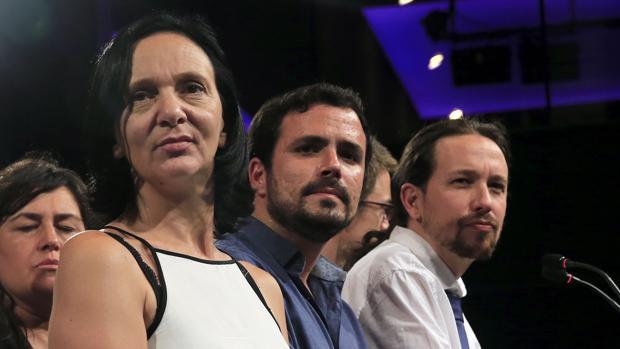 Alberto Garzón (centro), flanqueado por Carolina Bescansa y Pablo Iglesias, ambos de Podemos