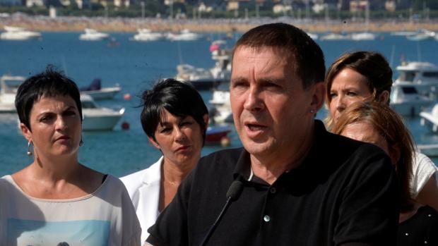 Arnaldo Otegui, el pasado martes, junto a varios miembros de EH Bildu