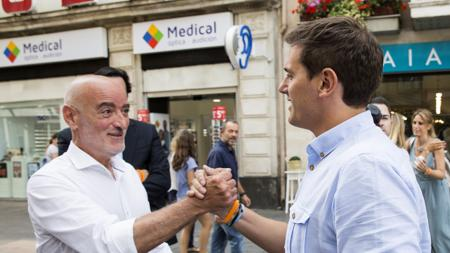 De Miguel saludando a Rivera en Vitoria