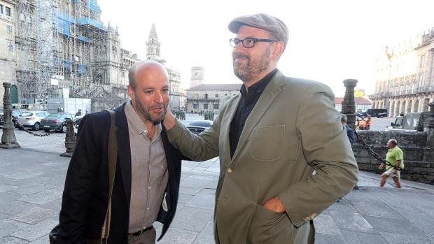 El candidato de En Marea, Luís Villares, se saluda con el alcalde de Santiago, Martiño Noriega.