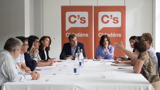 Cristina Losada y Toni Cantó debatiendo esta mañana la estrategia a seguir en la campaña electoral