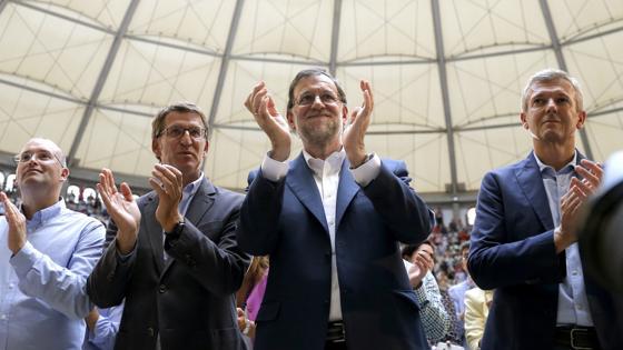 Mariano Rajoy junto a Alberto Núñez Feijóo al comienzo de un mitin en Pontevedra