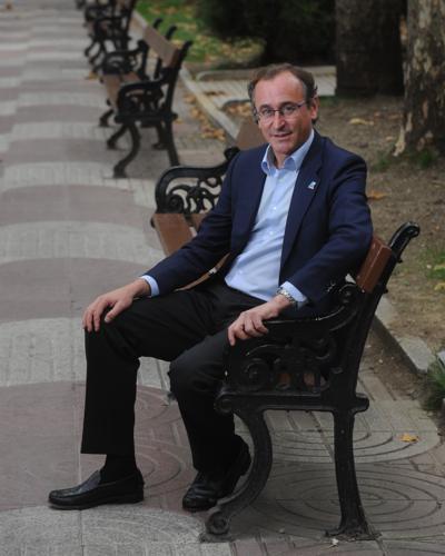 El ex ministro de Sanidad posa en las calles de Vitoria