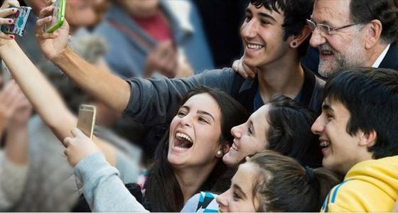 Mariano Rajoy, que hoy se encuentra en Ourense como apoyo a Feijóo, ha vivido en Avión, un furor «selfie» y ha accedido a retratarse.