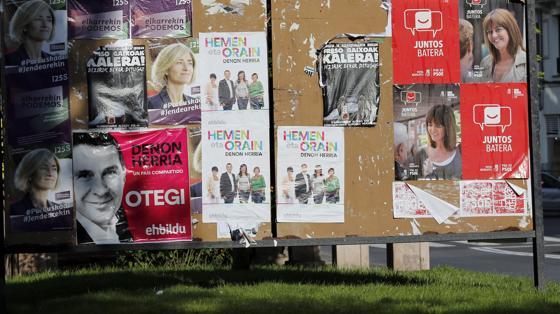 Una valla en Bilbao con diferentes carteles de algunas de las opciones políticas que se presentan el 25-S